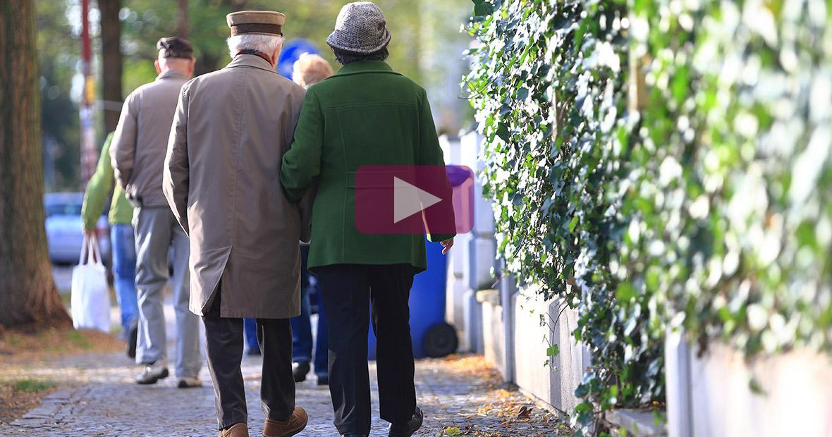 Rentner beim Spaziergang