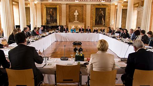 Schwerpunkte der Klausurtagung der CDU/CSU- und SPD-Bundestagsfraktionen: Die Sicherung des Wirtschaftsstandortes Deutschland, die Verbesserung der Forschungsförderung, der Kampf gegen Kriminalität und Terrorismus.